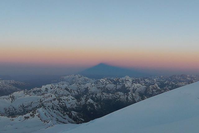 Сянката на връх Елбрус на изгрев