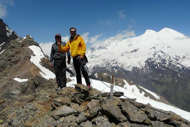 На връх Cheget Karabashi с гледка към Елбрус