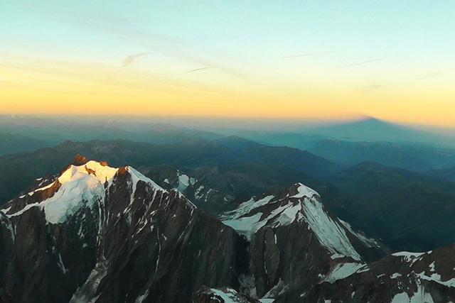 Сянката на връх Монблан на изгрев слънце