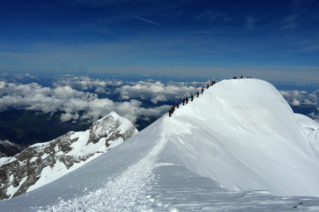 Една от Камилските гърбици под връх Монблан с групата на Школа по катерене и алпинизъм