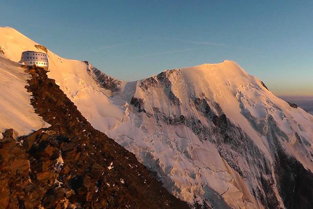 Поглед от старата хижа Гуте към острият гребен на връх Егюй Бионасе