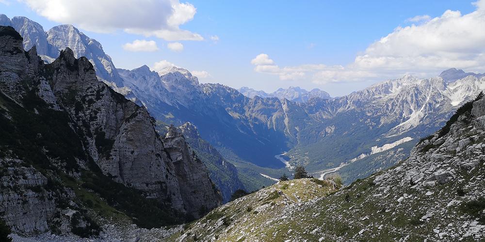 Поглед към долината Валбона от основата на Мая Исмет Сали Бручай