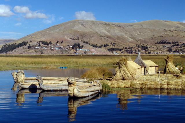 Плаващите острови Урос в Титикака