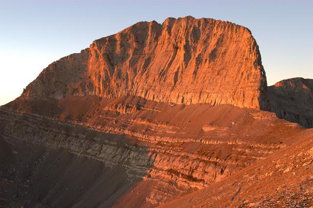 Югоизточната стена на връх Стефани на изгрев слънце