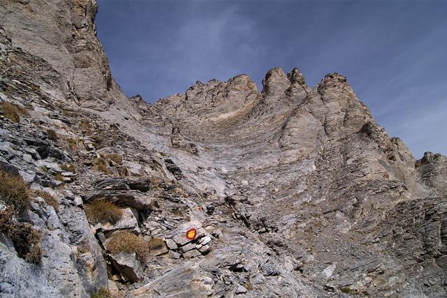Стръмното и опасно изкачване към връх Митикас