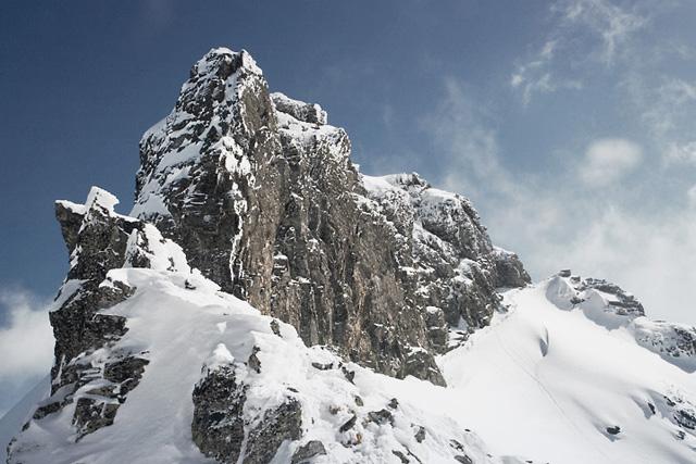 Връх Злия зъб и южна му стена гледани от премката между него и връх Орловец