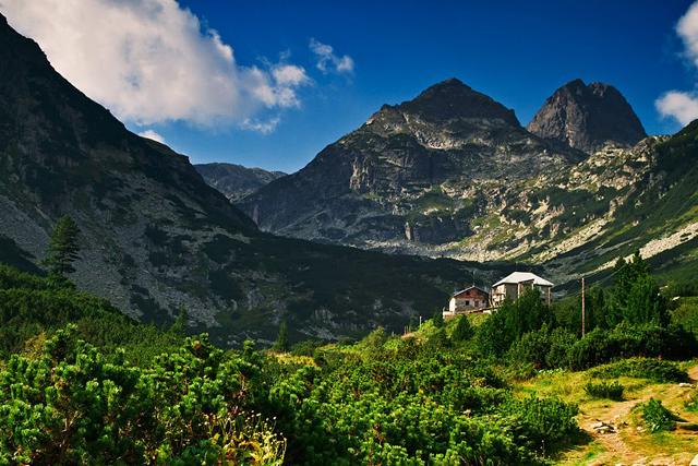 Вершина Мальовица и одноименная хижина в ее подножии
