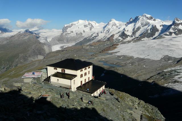 Хижа Хьорнли гледана от основата на Швейцарския гребен