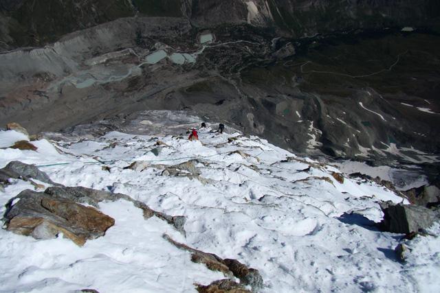 По снежно-ледените склонове на връхната част