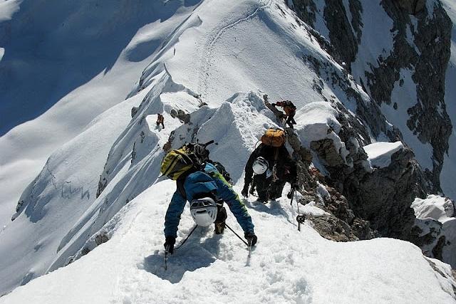 По стръмния ръб малко преди връх Триглав