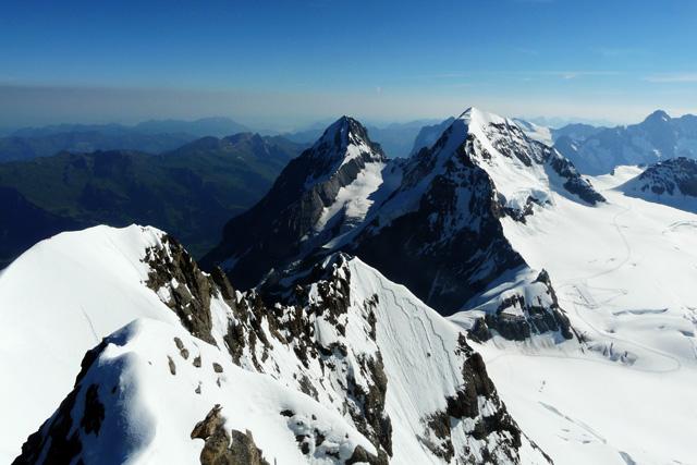Мьонх и Айгер гледани от върха на Юнгфрау