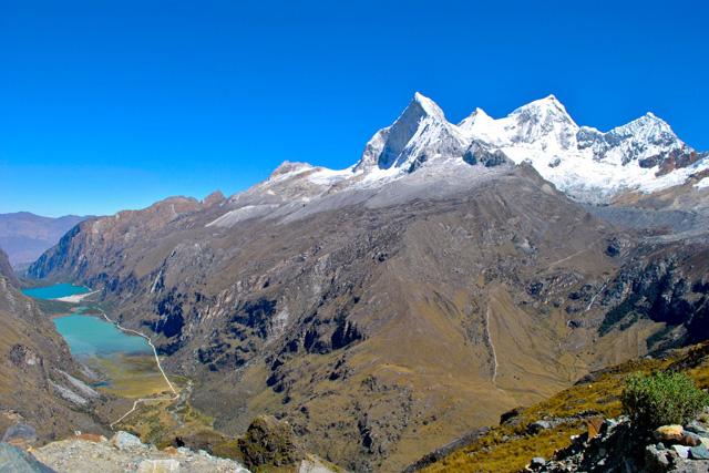 Четирите върха на Huandoy гледани от седловината Portachuelo