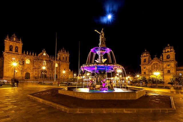 Нощна снимка на централния площад Пласа де Армас в Куско