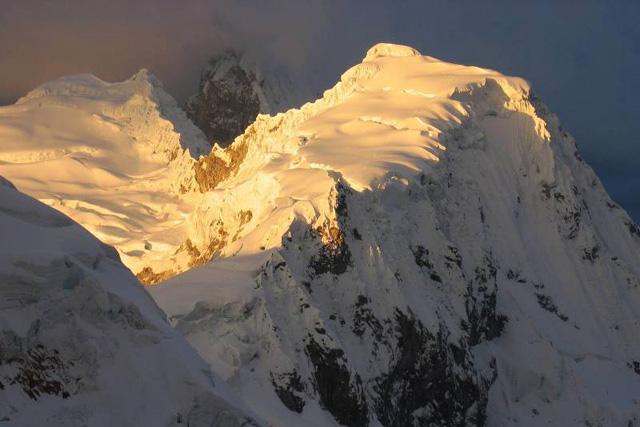 Нормалния маршрут към връх Писко гледан от Huandoy на изгрев слънце