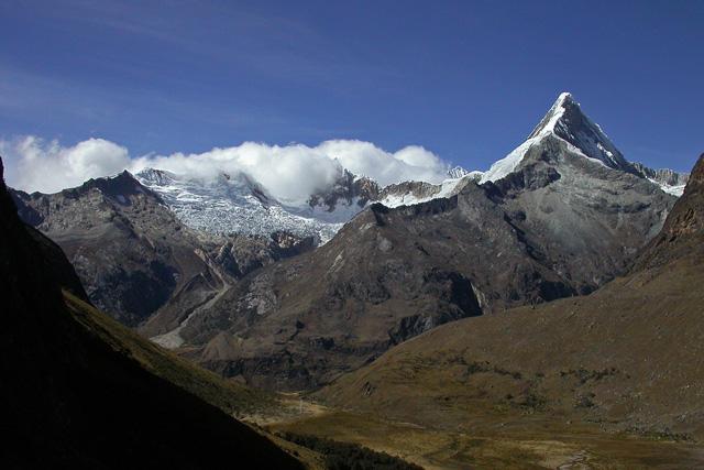 Artensonraju (6025 м) - върха от логото на Paramount Pictures, гледан от района на базовия лагер на Алпамайо