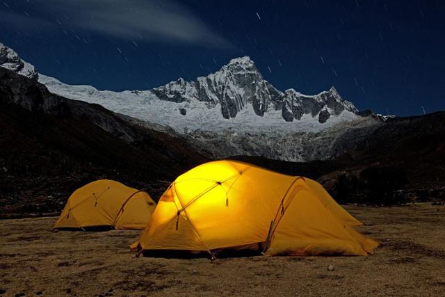 Нощна снимка от лагера Taullipampa (4250 м) с връх Taulliraju (5830 м)