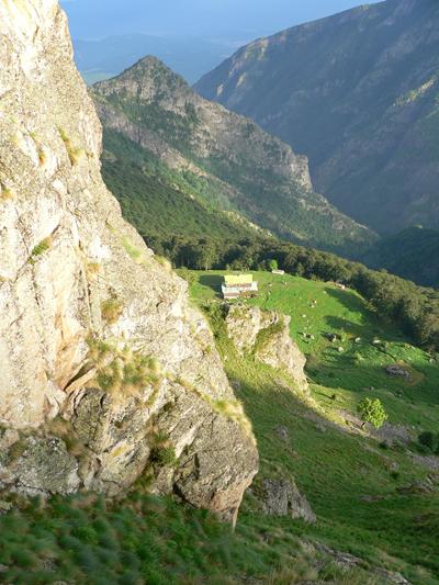 Хижа Рай гледана от скалите под Райското пръскало